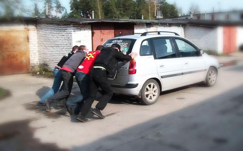 Как завести автомобиль с толкача?